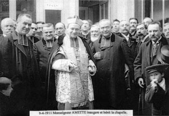 1911. Mgr Amette bénit la nouvelle chapelle du Chantier